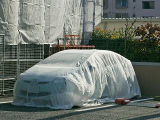 ペンキ塗装中は養生シートで車をカバー